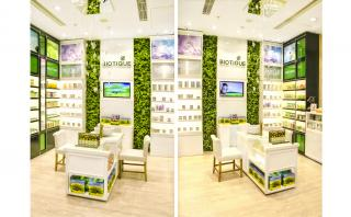 Interior Shots with consultation table in white and green background