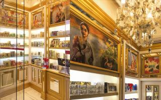 Decorative mirror ceiling with hand-painted artworks along customized Visual Merchandise